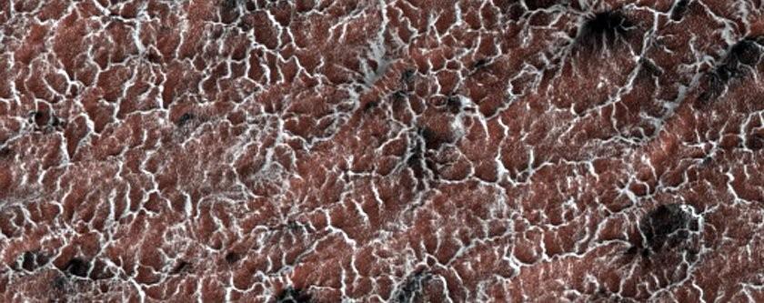 """Conhecidas como """"aranhas"""", estas erupções de poeira são formadas por causa das variações de temperatura do solo marciano (Foto: NASA/JPL/University of Arizona)"""