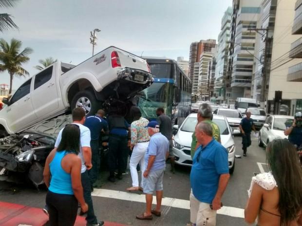 Motorista ficou ferido em acidente entre carros e ônibus (Foto: Leitor / A Gazeta)