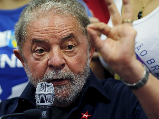 O ex-presidente Lula fala com a imprensa após ser conduzido coercitivamente para depor pela Polícia Federal em São Paulo, em março de 2016 (Foto: Paulo Whitaker/Reuters)