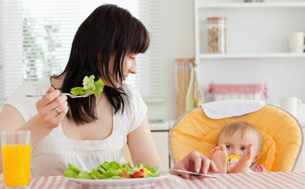 Alimentao da mulher durante amamentao deve ser rica em frutas, verduras e gros. Mulher comendo salada, beb, famlia (Foto: Getty Images)