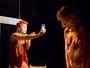 Peça 'Quem Vê Até...' é construída a partir de cenas criadas por cada ator