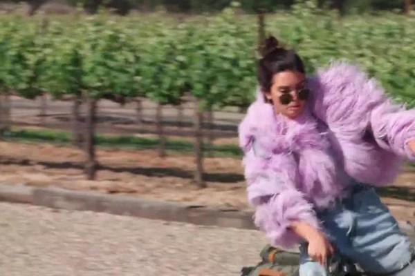 A modelo Kendall Jenner perdendo o controle de sua bicicleta (Foto: Reprodução)