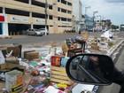 Morador de rua espalha lixo em canteiro de avenida central de Cuiabá