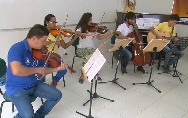 Alunos assistem 'Orquestra em Ação' , em Ji-PAraná (Foto: Bom Dia Amazônia)
