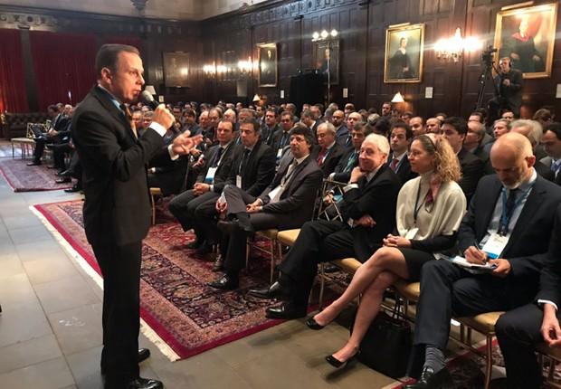 O banqueiro André Esteves aparece na primeira fila do evento promovido pelo prefeito de São Paulo, João Doria (PSDB), em Nova York (Foto: Reprodução/Twitter)