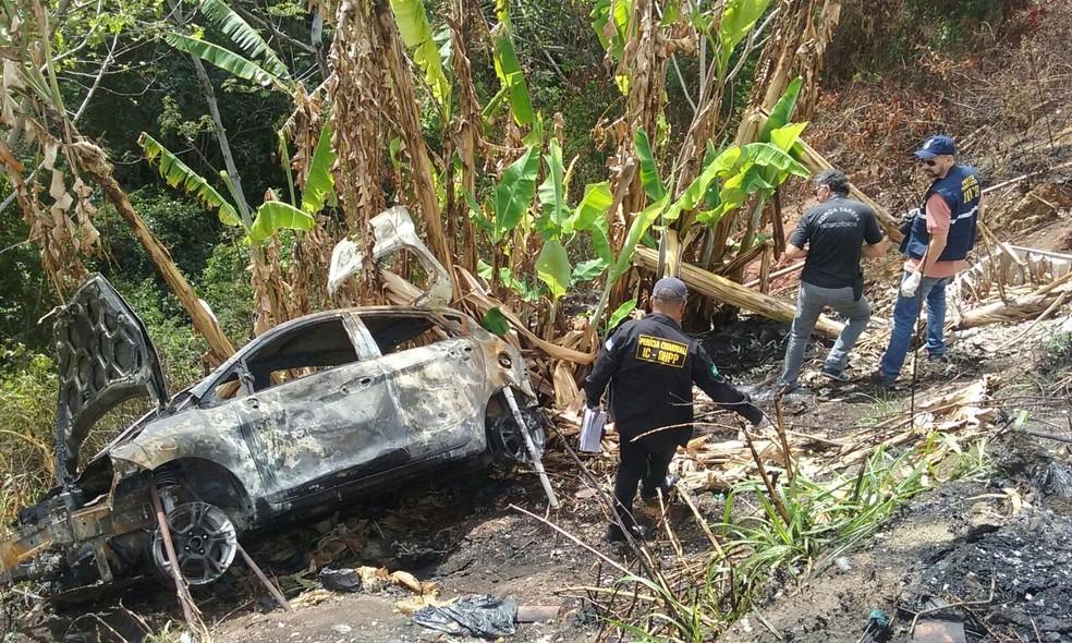 Carro foi levado para o DHPP, para realização de perícia (Foto: Aldo Carneiro/Pernambuco Press)