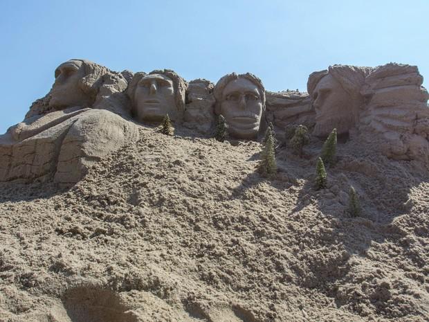 Artista participa de concurso de esculturas na areia em Nova York, neste sábado (15) (Foto: Reuters/Andrew Kelly)
