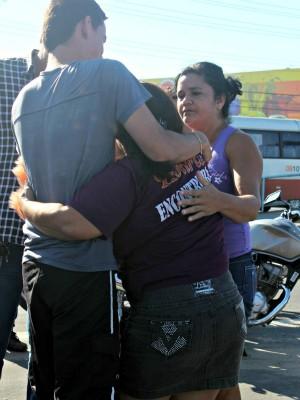 Familiares da vítima choram a perda de um parente (Foto: Tiago Melo/G1 AM)