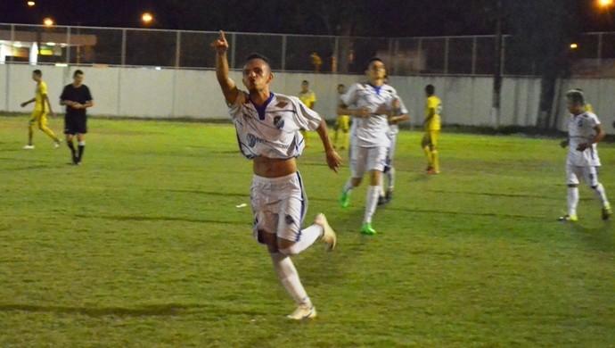 Neném dedica o último gol da vitória à torcida (Foto: Ivonisio Júnior)