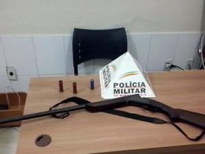 Arma apreendida ocorrência em Laranjal, MG (Foto: Silvan Alves/silvanalves.com.br)