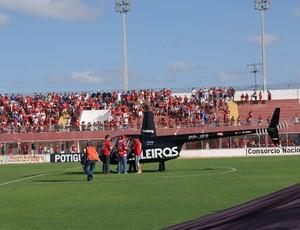 Vencedores de promoção realizada pelo América-RN chegaram ao estádio de helicóptero (Foto: Augusto Gomes)