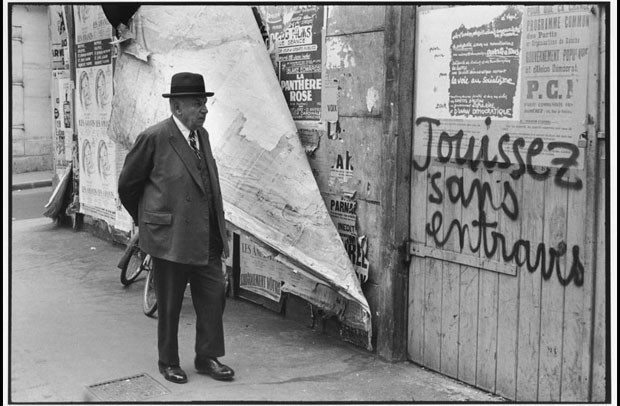 'Rue de Vaugirard'. O fotógrafo acompanhou também os acontecimentos do Maio de 68 em Paris (1968) (Foto: © Henri Cartier-Bresson / Magnum Photos, cortesia Fondation Henri Cartier-Bresson)