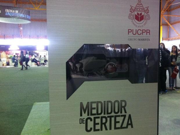 Cabine do medidor de certeza foi colocada no meio da feira de cursos (Foto: Fernando Castro/G1)