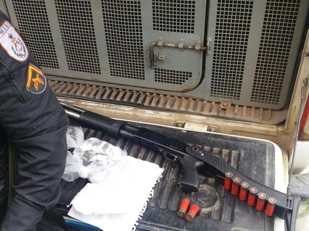 Suspeitos foram encontrados com espingarda e drogas em Rio das Ostras (Foto: Políca Militar/Divulgação)