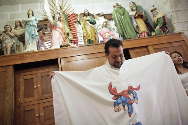 Padre mexicano mostra uma de suas batinas especiais (Foto: Daniel Becerril/Reuters)