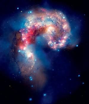 CHOQUE Colisão entre as galáxias Antennae. Há indícios de que elas abriguem,  em seu centro,  um buraco negro (Foto: Nasa)