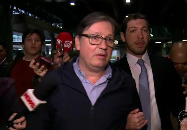 Rodrigo Rocha Loures chega ao Brasil e é cercado por jornalistas  (Foto: Reprodução/TV Globo)