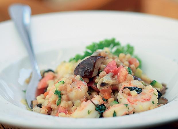 Frégula com camarão e funghi (Foto: Rogério Voltan/Casa e Comida)
