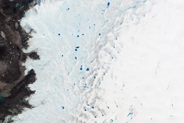 Piscinas azuis em meio ao gelo na Groelândia (Foto: NASA Earth Observatory/Jesse Allen e Robert Simmon)