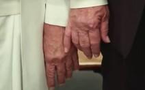 Papa deu mesmo tapa na mão de Trump?