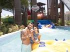 Bruno Gagliasso exibe barriga sarada em parque aquático