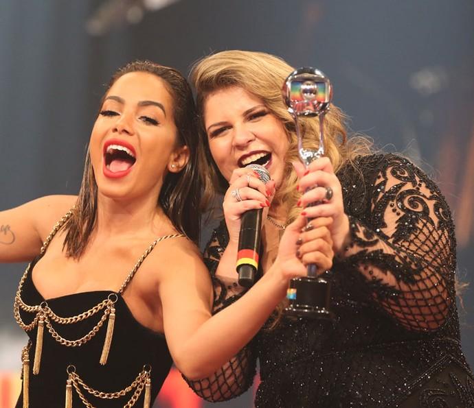 Anitta fez questão de dividir o prêmio de melhor cantora com Marília Mendonça (Foto: Carol Caminha / Gshow)