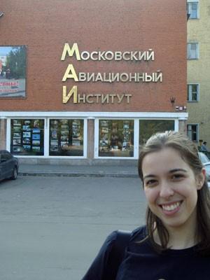Nadia Del Corto Baradel em frente ao Instituto de Aviação de Moscou (Foto: Arquivo pessoal)
