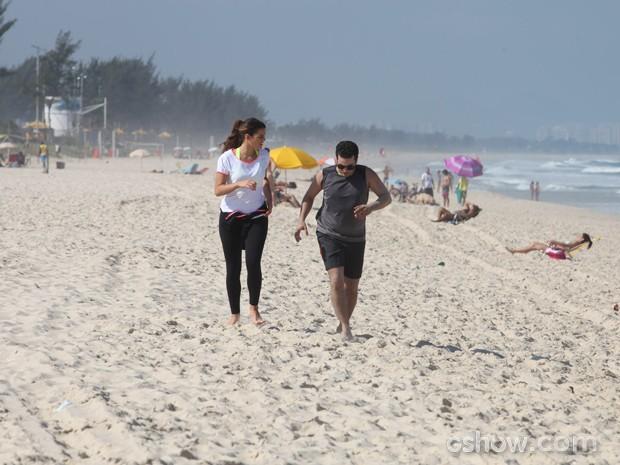 Bruna e Thiago correm na praia e mostram boa forma (Foto: Pedro Curi/TV Globo)