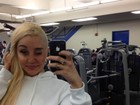 Amanda Bynes exibe cabeça raspada em academia