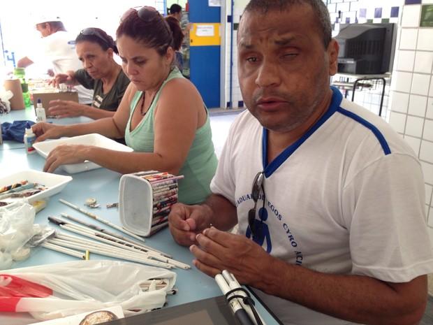 Rinaldo dos Santos diz que nem sempre familiares podem acompanhá-lo nos bancos.  (Foto: Natália Souza/G1)