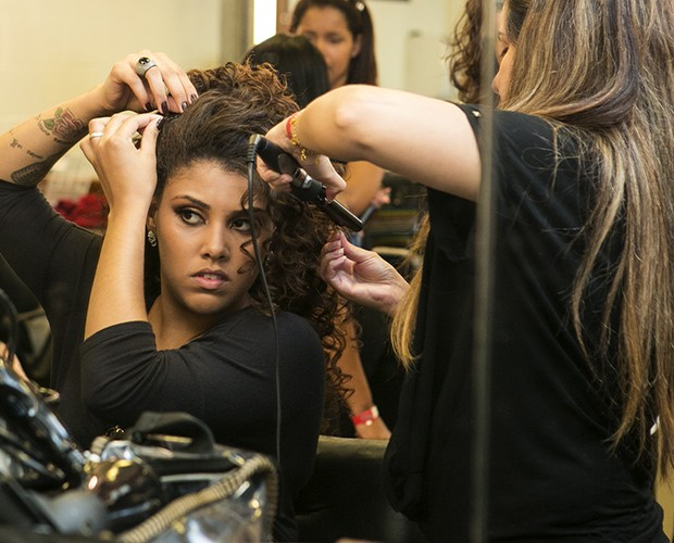 Amanda Amado se arrumando nos bastidores do Tira-Teima  (Foto: Isabella Pinheiro/TV Globo)
