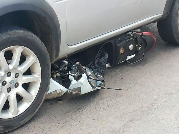 Condutor da motocicleta morreu no local do acidente (Foto: Ed Santos/Acorda Cidade)