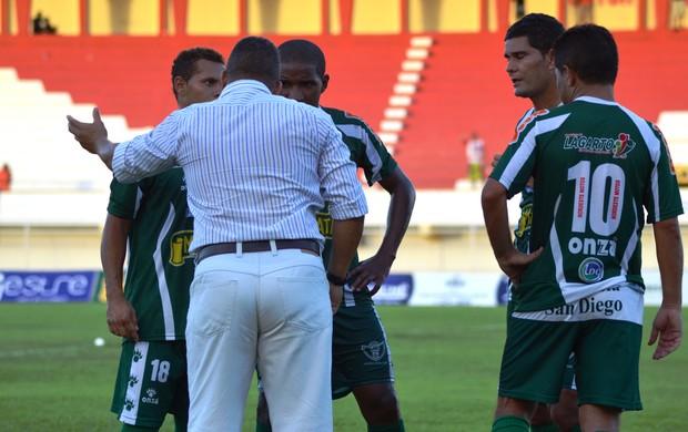 Treinador orienta os jogadores do Lagarto (Foto: Felipe Martins/GLOBOESPORTE.COM)
