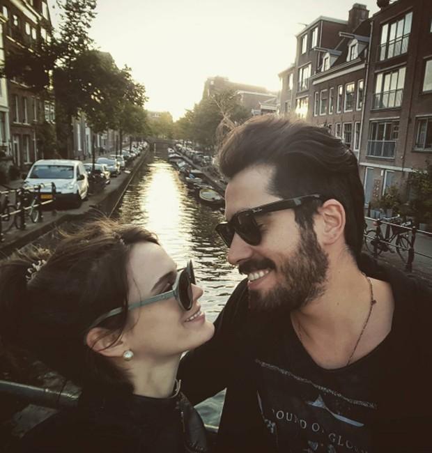 Bianca Bin e o marido, Pedro Brandão, nos canais de Amsterdam, na Holanda (Foto: Reprodução/Instagram)