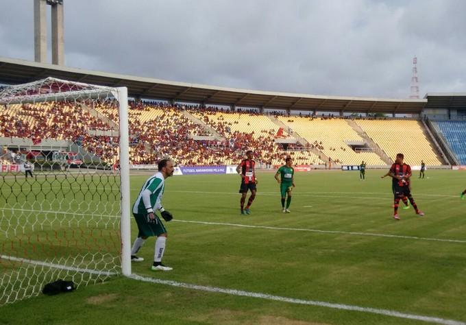 Cordino apostava em jogadas individuais, mas defesa do Moto estava bem sóbria (Foto: Afonso Diniz / GloboEsporte.com)