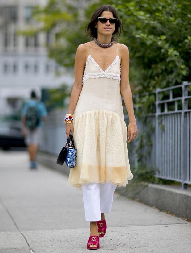 Os slip dresses seguem como um queridinho para o verão (Foto: Imaxtree)
