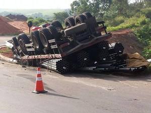Caminhão ficou com as rodas para cima em rodovia de Capivari (Foto: Tonny Machado/Raízes FM)