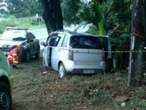Motorista bate em árvore e morre na BR-101, em Guarapari  (Foto: Leitor/A Gazeta)