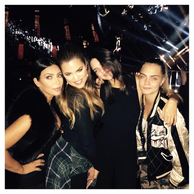 Kim Kardashian, Khloe Kardashian, Kendall Jenner e Cara Delavigne em show de Sam Smith em Los Angeles, nos (Foto: Instagram/ Reprodução)