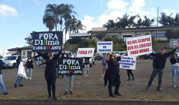 Do lado de fora do evento com Dilma, grupo de professores protestou contra o governo petista (Foto: Samantha Lima/G1)
