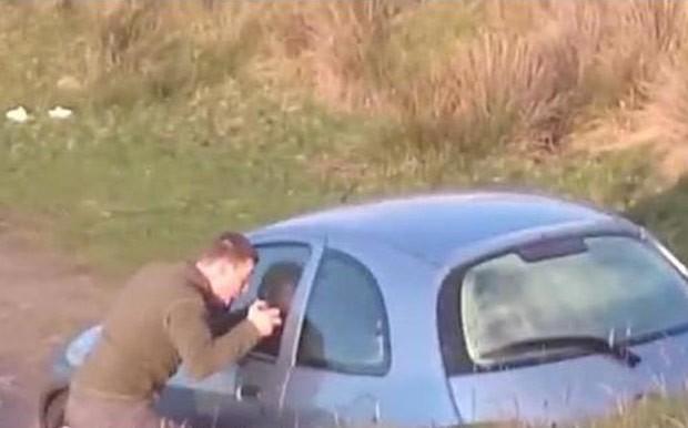 Casal foi flagrado fazendo sexo em carro estacionado  (Foto: Reprodução/YouTube/Western Daily Press)