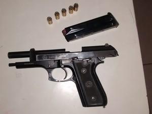 Policial estava com uma pistola (Foto: João Luiz/Gazeta Central)