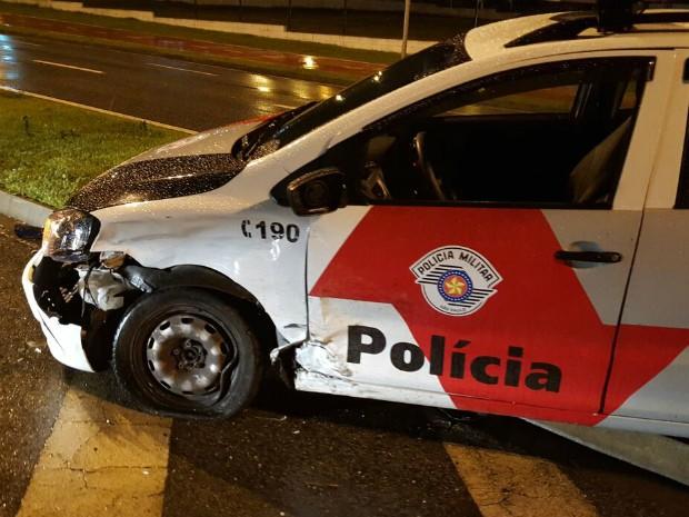 Dupla bate carro contra viatura da PM durante perseguição em Sorocaba (Foto: Divulgação/PM)