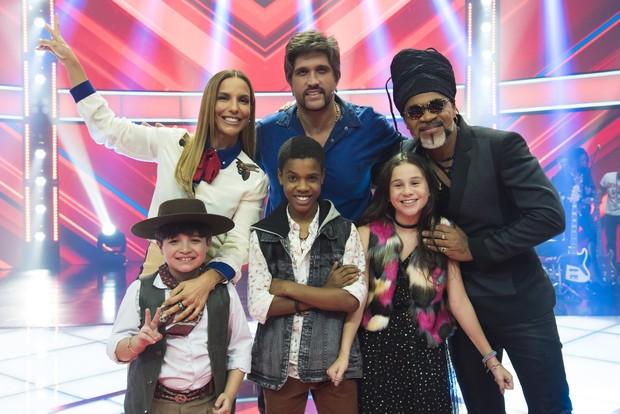 Ivete Sangalo, Léo e Carlinhos Brown com os finalistas: Thomas, Valentina Francisco e Juan Carlos Poca (Foto: Globo/César Alves)
