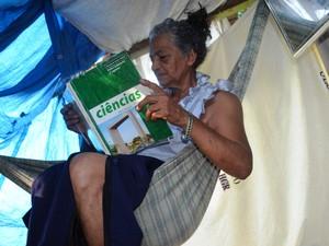 Rosilene Costa estuda diariamente antomia (Foto: Valéria Oliveira/G1)