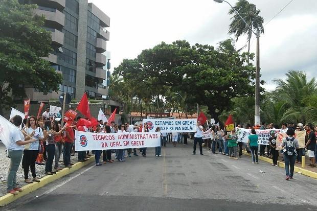 Servidores e estudantes se mobilizam em frente ao Hotel Jatiuca (Foto: Lucas Leite/G1)
