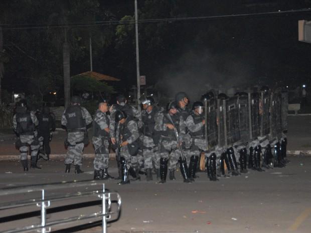 Policiais formam barreira para se defender de manifestantes  (Foto: Gabriel Penha/G1)