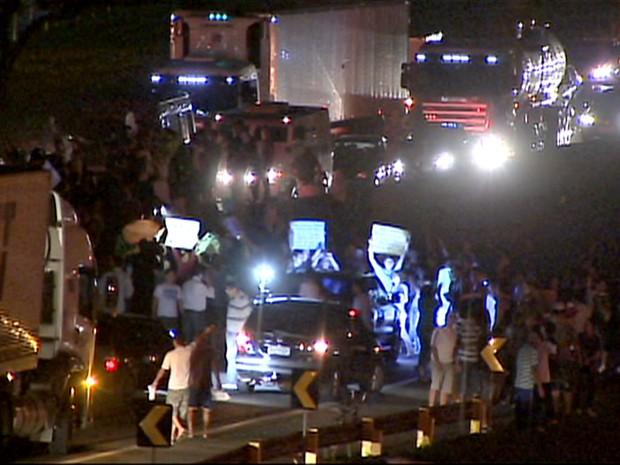 Manifestantes tomaram as pistas em ambos os sentidos na Via Dutra, em Caçapava (SP). (Foto: Reprodução/TV Vanguarda)