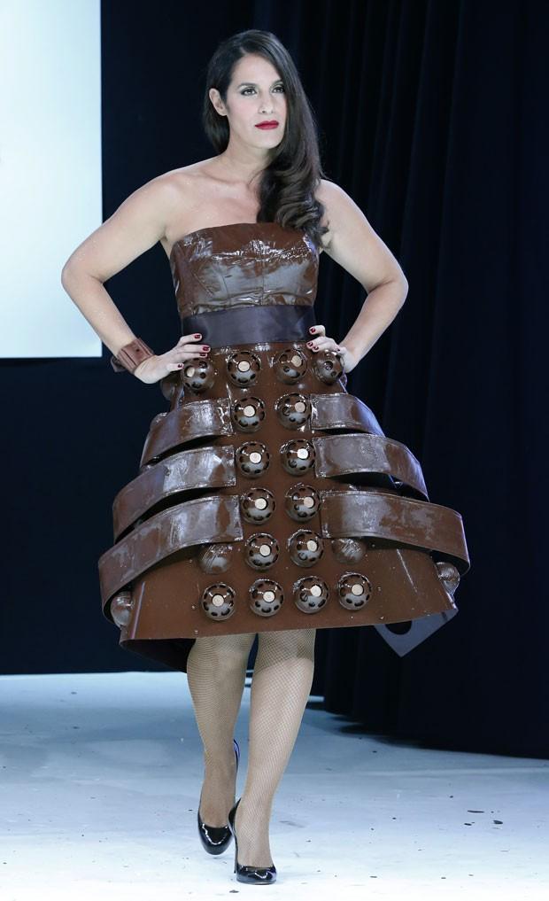 g1 apresentadora exibe vestido sexy feito de chocolate. Black Bedroom Furniture Sets. Home Design Ideas