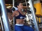 Scheila Carvalho mostra treino de musculação em vídeo